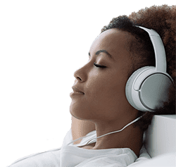 Bild: Frau entspannt & hört Silent Subliminals