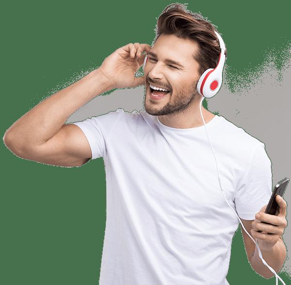 Bild: Mann hört freudig Silent Subliminals
